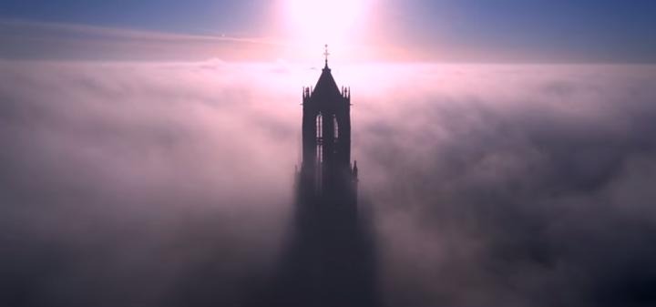 Domtoren in de mist